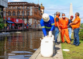 Prefeitura realiza aplicação de produto químico na área alagada da praça do Relógio Municipal