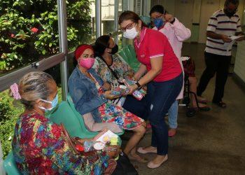 Pelo Dia das Mães, pacientes da FCecon recebem perucas, lenços e brindes