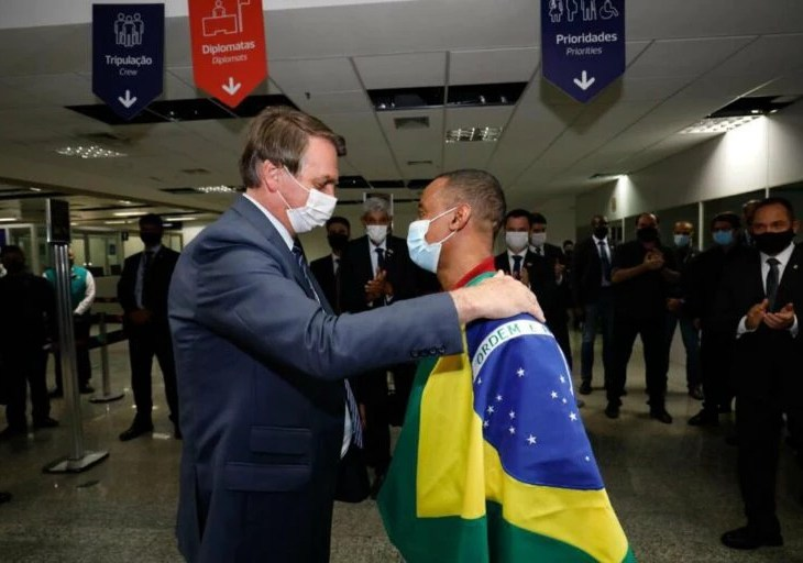 Robson chega ao Brasil e é recebido por Jair Bolsonaro