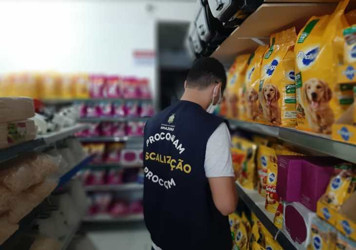 Procon-AM apreende mais de 340 Kg de produtos vencidos em pet shop no bairro Educandos