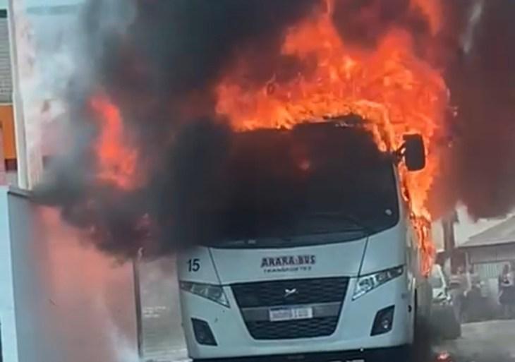 Micro ônibus é incendiado na estrada dos Franceses