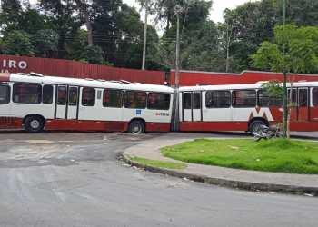 Ônibus cai em buraco no Viver Melhor e terminal muda de lugar