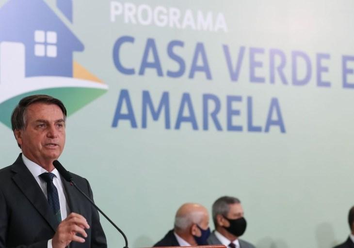Política Bolsonaro defende uso de hidroxicloroquina durante entrega de casas