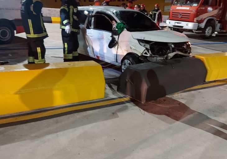 Motorista morre ao colidir com mureta em viaduto de Manaus