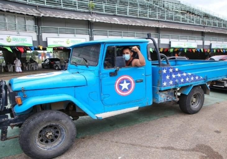 'Capitão América' das estradas viajou 11 horas para se vacinar contra a Covid-19