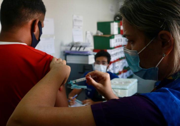 Pessoas acolhidas em abrigo são vacinadas contra Covid-19