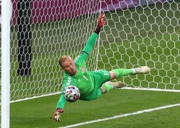 Uefa pode punir Inglaterra por uso de caneta laser contra Schmeichel