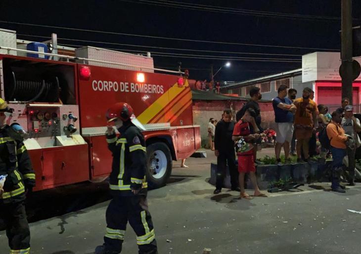 Colisão entre caminhão e carro de passeio deixa quatro pessoas feridas em meio às ferragens