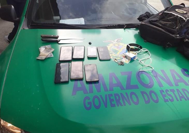 Homem e adolescente envolvidos em assalto a ônibus são apreendidos em Manaus