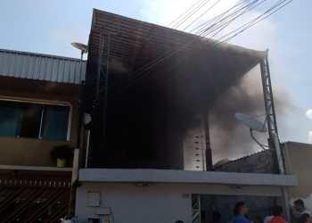 Residência pega fogo e mulher impede o trabalho da imprensa no Lírio do Vale 2