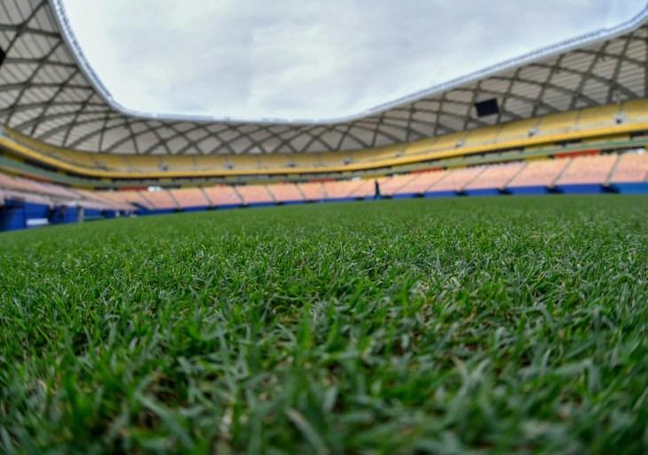 Gramado da Arena da Amazônia recebe ajustes finais para Brasil x Uruguai