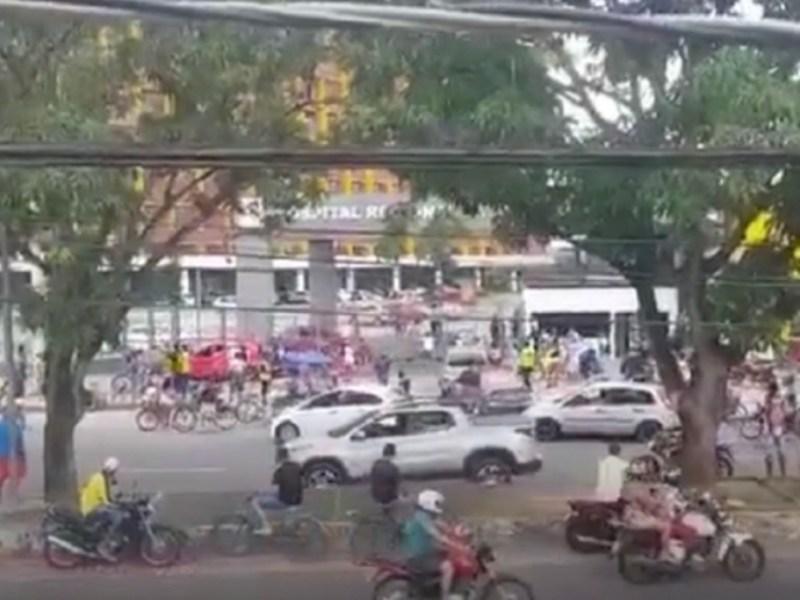Cenas de desespero: população derruba portão de hospital público de Belém em busca de atendimento; vídeo