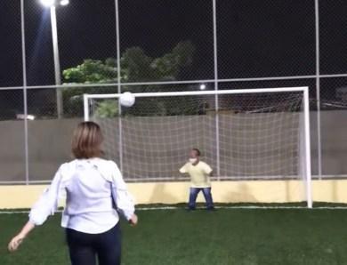 Com direito a gol por cobertura no anão Montana, Socorro Neri entrega quadra sintética no Manoel Julião