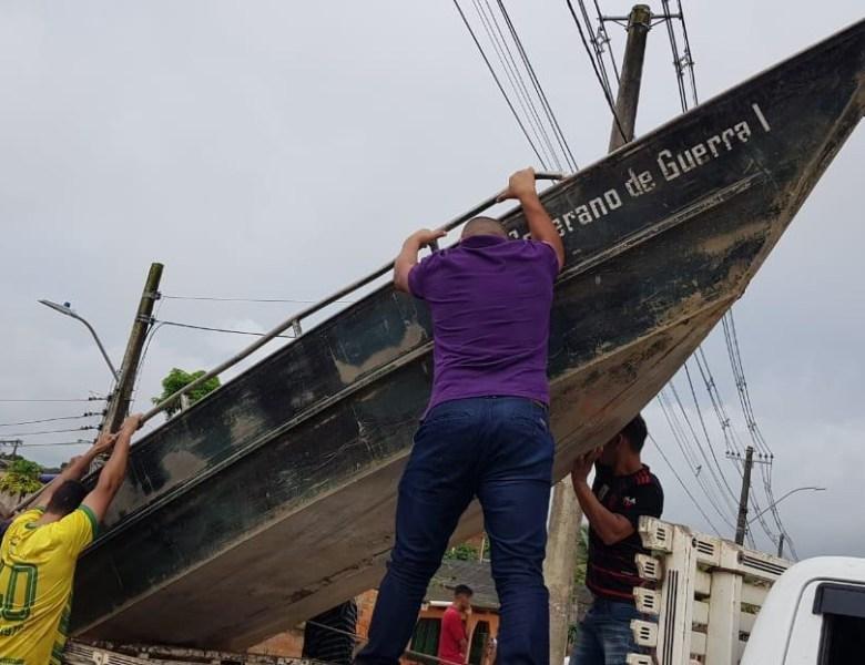 Leo de Brito vistoria áreas alagadas e leva ajuda e solidariedade às famílias