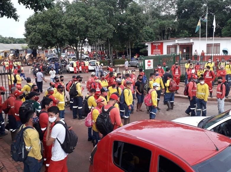 Trabalhadores da Zeladoria cruzam os braços por falta de pagamento de salários