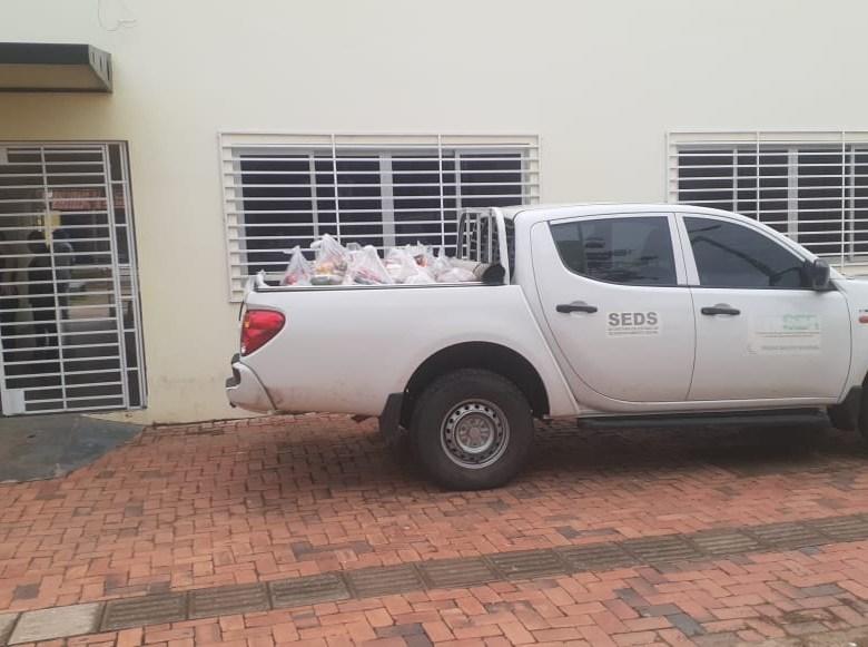 Em pleno domingo, equipe da assistência social da prefeitura retira quatro camionetes de sacolões no CRAS da Cidade Nova