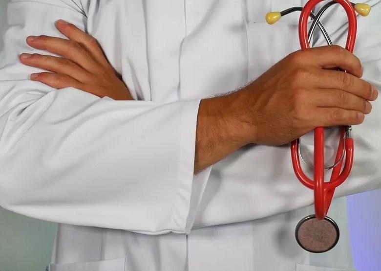 Governo de RO sanciona lei que permite contratação temporária de médicos formados no exterior sem Revalida