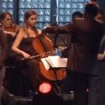 Aline Barros no DVD 20 Anos com a back-vocal Rejane do lado.