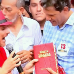 Fernando Haddad recebe Bíblia de presente em ato.
