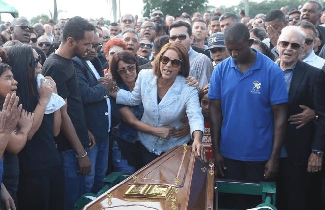 Cantora gospel Flordelis no enterro do pastor Anderson do Carmo.