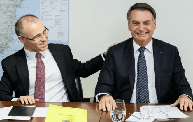 André Mendonça ao lado do presidente Jair Bolsonaro.