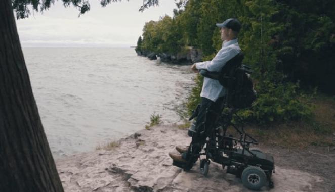 Mark vive amarrado a uma cadeira motorizada.