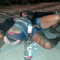 Criança é encontrada ao lado dos pais bêbados, caídos no meio do ramal na Comunidade Cristo Rei. Veja o vídeo