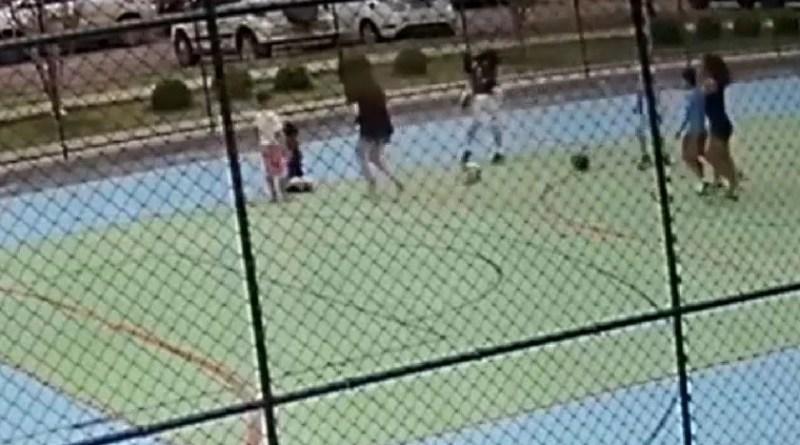 Vídeo. No DF, pai segura criança para filho dar soco no rosto dela