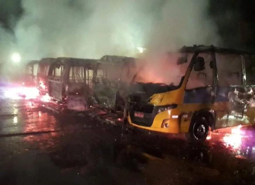 Micro-ônibus são destruídos por fogo durante incêndio em garagem, em Manaus