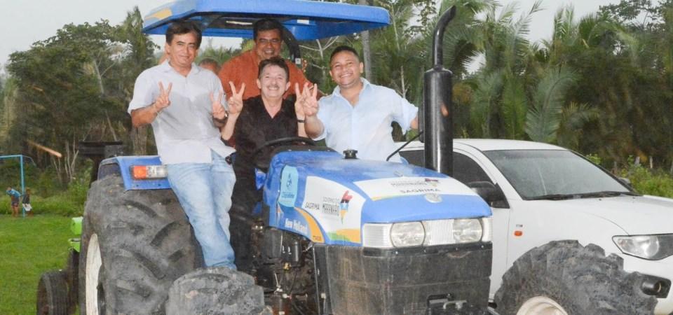 Magno entrega trator para comunidade rural de Chapadinha
