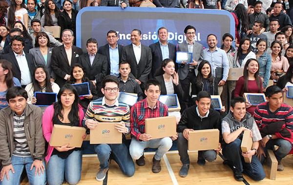 Entrega Márquez Márquez tabletas a universitarios