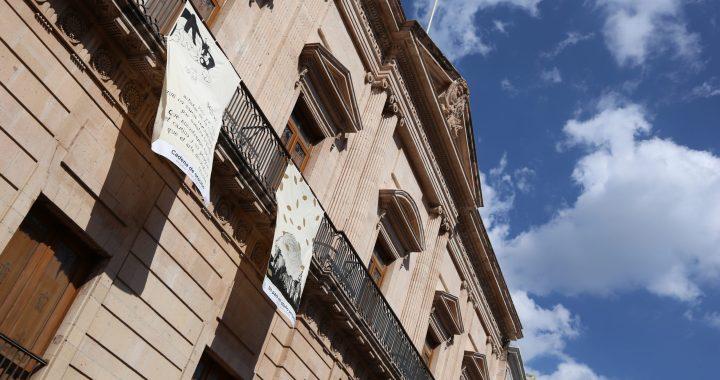 Muestran su arte en balconada instalada en la Plaza de la Paz
