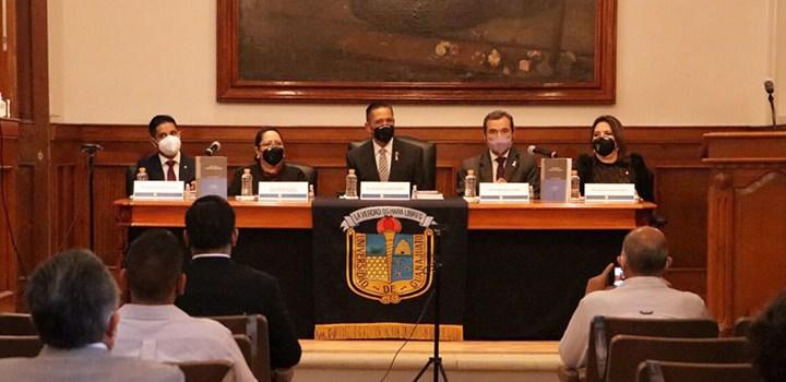 """Presentan en la UG """"Legalismo y Constitucionalismo"""" de la autoría del Dr. Mora Sifuentes"""