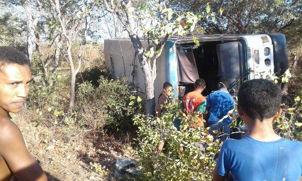 Ônibus da Editur tomba após motorista perder controle próximo ao povoado Jacaré 15