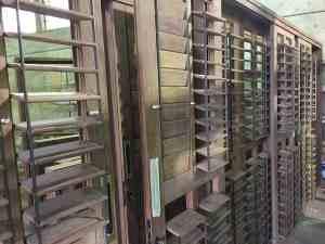 venezianas articuladas - palheta móvel - esquadrias de madeira - portas pivotantes - janelas