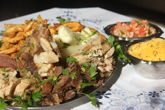 Espetinho Jaraguá, onde será apresentado o prato principal: 'bafão do Jaraguá. O prato serve três pessoas e será vendido a R$ 35,00.