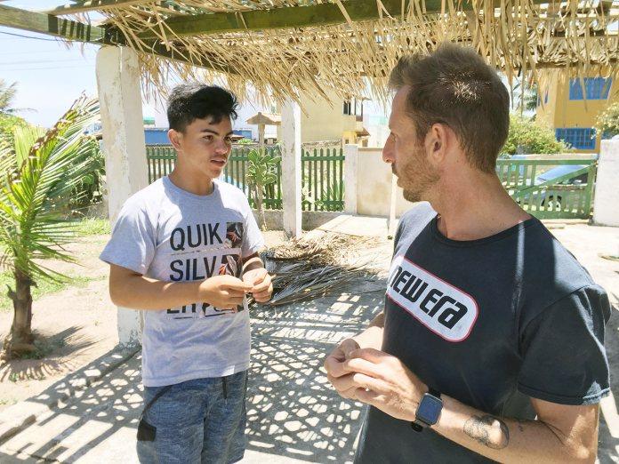 Ario (esquerda) recebendo instruções do professor de Kitesurf Rodrigo