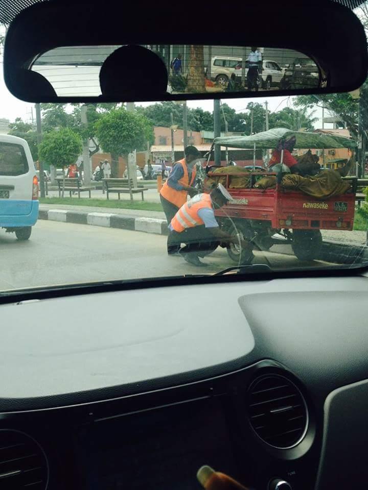 Foto de Polícia de Trânsito ajudando um idoso a trocar de pneu está comovendo o mundo