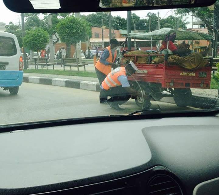 Uma Foto em que mostra um agente da Polícia de Trânsito ajudando um senhor da terceira idade a trocar de pneu da sua motocicleta está comovendo o mundo