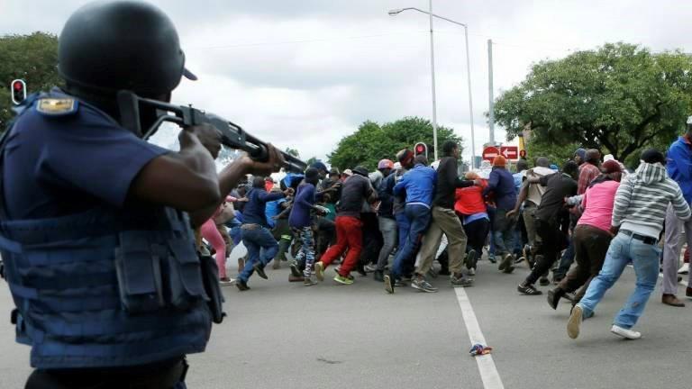 Polícia sul-africana dispersa manifestantes anti-imigrantes com bombas de gás lacrimogéneo e balas de borracha