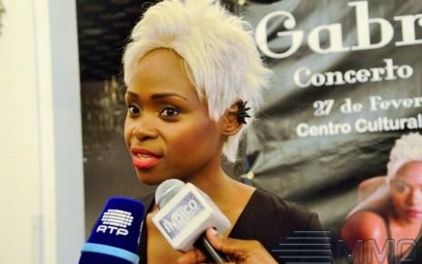 A cantora Gabriela, que já participou em vários trabalhos em colaborações com muitos artistas de África é conhecida por usar as redes sociais só para divulgar seus trabalhos