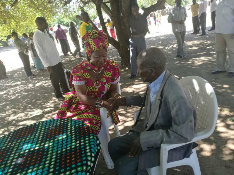 Ai vai o momento tão emocionante da visita da Governadora de Sofala, Helena Taipo ao Régulo Mongundi, Pai do Líder da RENAMO, Sr Afonso Djkakama.