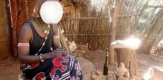 O suposto curandeiro também conhecido como: Cota JJ envolvia-se sexualmente sem preservativos com as suas clientes e cobrava 200000 kwanzas que muitas vezes eram fotografadas e filmadas