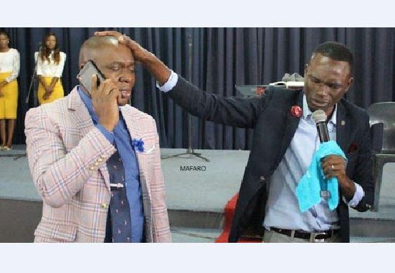 Pastor diz que se comunica com Deus e recebe instruções para ajudar melhor seus congregados.Um caso similar deu-se também no Zimbabwe.
