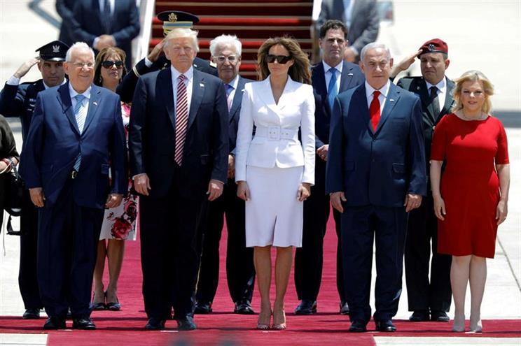 """Melania da uma  """"palmada"""" em Trump no aeroporto em Israel"""