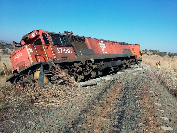 Comboio descarrila depois de partes das linhas-férreas serem roubadas- Mpumalanga