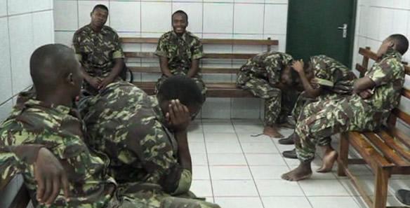 Jovens disfarçam-se de militares, hoje em Quelimane, na Zambézia, e integraram o exército que participou das cerimónias oficiais do dia das Forças Armadas de Defesa de Moçambique