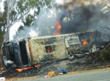 É exactamente o que aconteceu com o autocarro do acidente em análise. O autocarro desequilibrou-se e caiu do lado esquerdo. Coincidência ou não é o lado da roda que melhor travava.