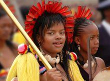O rei Mswati revelou a noiva à pequena nação sul-africana como Siphelele Mashwama (19), filha de um ministro do gabinete da Suazilândia.