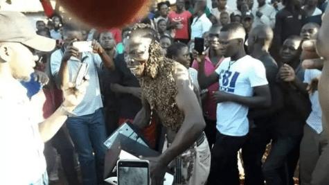Abelhas atacam ladrão que roubou aparelho e o obrigam a devolvê-lo ao proprietário, Um ladrão foi apanhado na cidade de Masindi, Uganda, depois que um